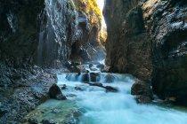 Река, бросаясь через скалистый Каньон — стоковое фото