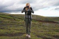 Турист фотографирует на склоне холма — стоковое фото