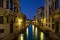 Luci della città si riflette nel canale — Foto stock