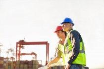 Travailleurs de la construction parlant sur le site — Photo de stock