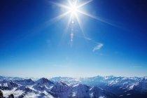 Солнце над горами — стоковое фото