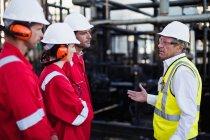 Рабочие разговаривают на химическом заводе — стоковое фото