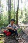 Junge spielt im Wald mit Holz — Stockfoto