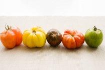 Homegrown tomates sur nappe — Photo de stock