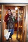 Casal de compras juntos na cidade — Fotografia de Stock
