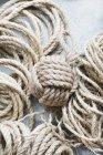 Bola de corda de sisal rústico na tabela — Fotografia de Stock