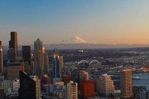 Horizon de ville Seattle au coucher du soleil — Photo de stock