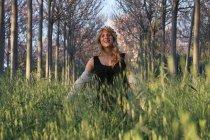 Женщина ходит в высокой траве — стоковое фото