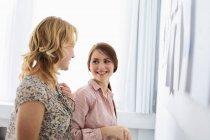 Femmes d'affaires souriant dans le bureau, se concentrent sur le premier plan — Photo de stock