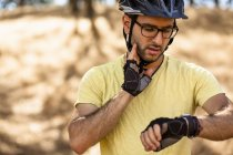 Junge männliche Mountainbiker überprüfen Smartwatch, Mount Diablo, Bay Area, Kalifornien, USA — Stockfoto