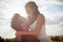 Наречена наречений холдингу нареченої на відкритому повітрі — стокове фото