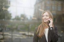 Mulher de negócios falando no smartphone, Freiburg, Alemanha — Fotografia de Stock