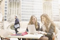 Zwei junge Frauen Blick auf Laptop draußen Keramikmuseum, Valencia, Spanien — Stockfoto