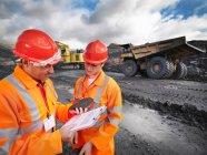 Рабочие в шахтах по проверке угля — стоковое фото