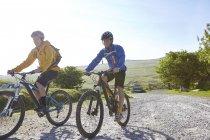 Велогонщики на велосипеде по сельской дороге — стоковое фото