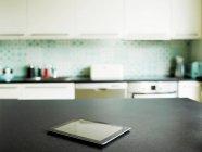 Цифровой планшет на кухне счетчик — стоковое фото