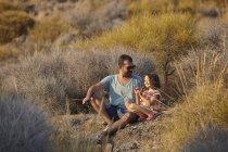 Батько і дочка сидять на схилі пагорба, Альмерія, Андалусія, Іспанія — стокове фото