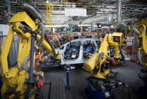 Сварка кузова автомобиля роботами на автомобильном заводе — стоковое фото