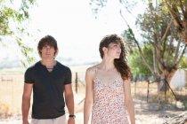 Paar zu Fuß zusammen auf Feldweg — Stockfoto