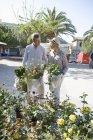 Coppia shopping al mercato dei fiori, Maiorca, Spagna — Foto stock