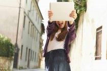 Chica fotografiando con tableta digital en la calle, Provincia de Venecia, Italia — Stock Photo