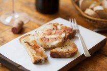 Підсмажений хліб з розплавленим сиром на Розробні рада — стокове фото