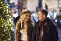 Romantische Pärchen flanieren New Bond street am Xmas, London, Uk — Stockfoto