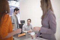 Colleghi uomini e donne d'affari che parlano in ufficio — Foto stock