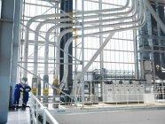 Инженеры, работающие вместе в зале зарядки — стоковое фото