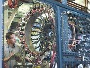 Ученый-мужчина проверяет ускоритель частиц — стоковое фото