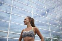 Formation de jeunes femmes, debout devant un immeuble de bureaux — Photo de stock