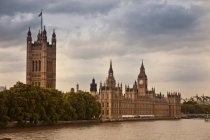 City skyline with houses of parliament, big ben and river — Stock Photo