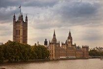 Stadtsilhouette mit Parlamentsgebäuden, großem Ben und Fluss — Stockfoto