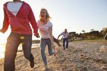 Grupo de amigos que se divierten en la playa - foto de stock