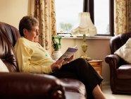 Пожилая женщина с кислородным чтением — стоковое фото