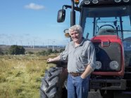 Portrait d'agriculteur et propriétaire foncier avec parc éolien en arrière-plan — Photo de stock