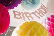 Inquadratura dal basso di decorazioni di compleanno variopinto — Foto stock