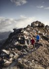 Trailläufer auf felsigem Pfad, Wallis, Schweiz — Stockfoto
