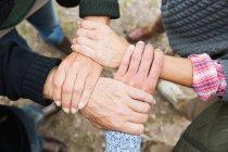 Vier Personen, die Hände berühren, hoher Winkel — Stockfoto