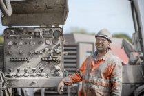Travailleur de plate-forme de forage en casque dur et vêtements de travail — Photo de stock