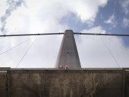 Trabajadores de puentes mirando por encima del puente colgante, Humber Bridge, Reino Unido - foto de stock
