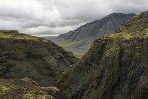 Paysage de montagne sous un ciel nuageux — Photo de stock