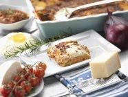 Traditionelle italienische Mahlzeit Lasagne alla Bolognese auf Tisch — Stockfoto