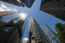 Inquadratura dal basso dei grattacieli nel quartiere affari, Hong Kong, Cina — Foto stock