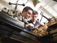 Досвідчений інженер викладання учень — стокове фото