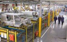 Vista de alto ângulo dos trabalhadores do carro andando na fábrica de automóveis — Fotografia de Stock