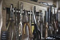 Close-up tiro de ferramentas em linha na oficina — Fotografia de Stock