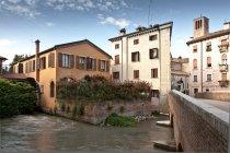 Puente sobre el río y los edificios en Treviso - foto de stock