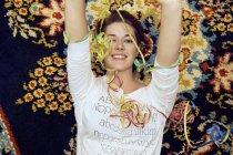 Портрет молодої жінки і лежить на килимок орнаментальними розтяжки — стокове фото