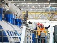 Travailleurs de charbon tiré de centrale électrique — Photo de stock